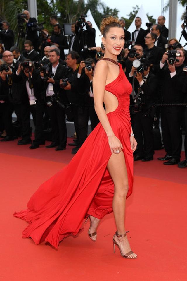 Bella Hadid khoe lưng nuột nà với váy đỏ - 11