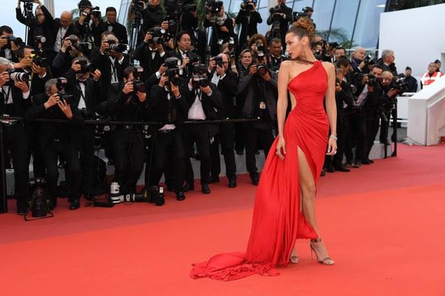 Bella Hadid khoe lưng nuột nà với váy đỏ - 15