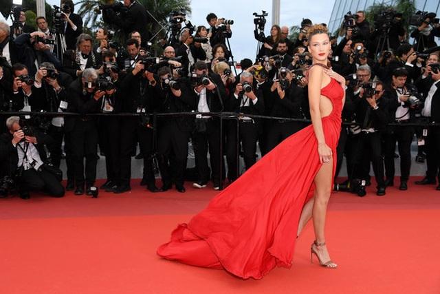 Bella Hadid khoe lưng nuột nà với váy đỏ - 7