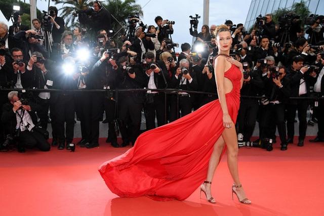 Bella Hadid khoe lưng nuột nà với váy đỏ - 9
