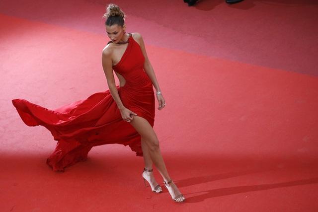 Bella Hadid khoe lưng nuột nà với váy đỏ - 13