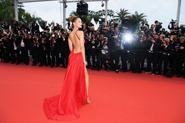 Bella Hadid khoe lưng nuột nà với váy đỏ - 12