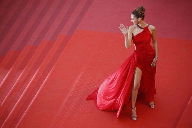Bella Hadid khoe lưng nuột nà với váy đỏ - 18
