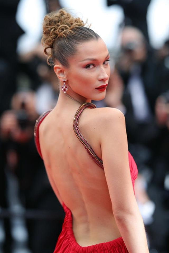 Bella Hadid khoe lưng nuột nà với váy đỏ - 14