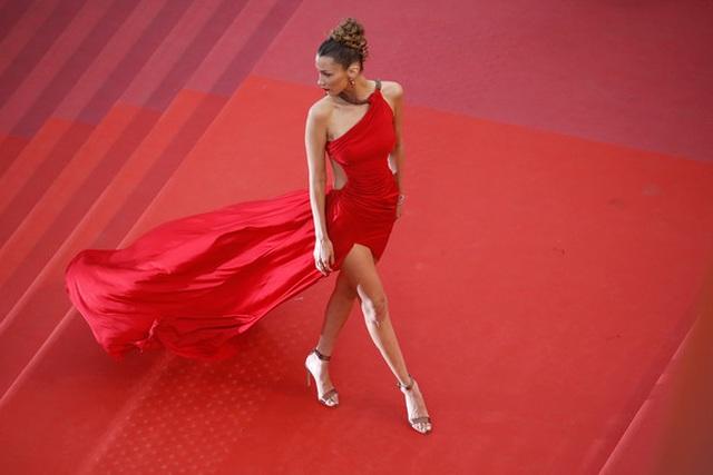 Bella Hadid khoe lưng nuột nà với váy đỏ - 5