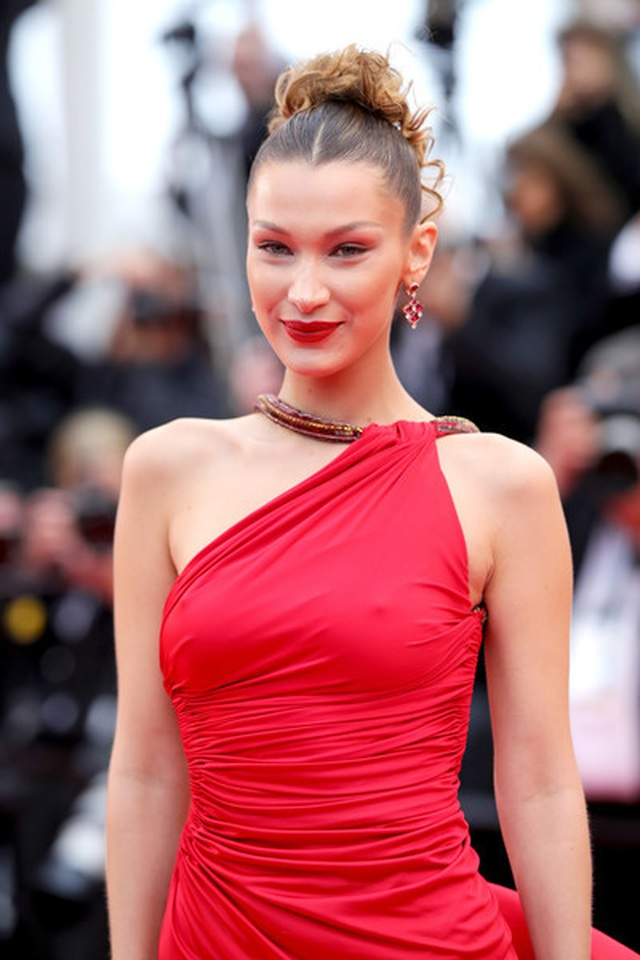 Bella Hadid khoe lưng nuột nà với váy đỏ - 6