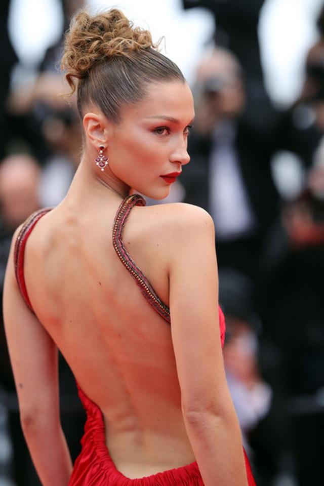 Bella Hadid khoe lưng nuột nà với váy đỏ - 16