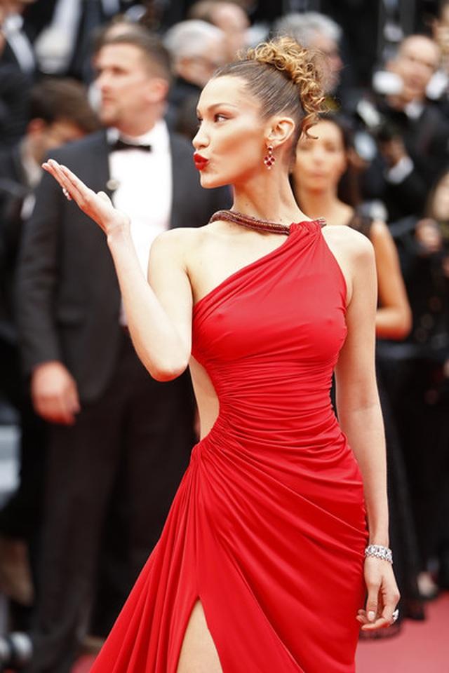 Bella Hadid khoe lưng nuột nà với váy đỏ - 8