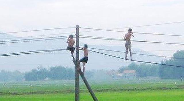 Đu dây điện để nhảy tắm ao, 2 cháu bé tử vong thương tâm - 1