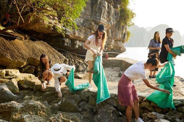 Hoàng Thùy, Minh Tú, Thùy Dung... đội nắng dọn rác trên đảo hoang Hạ Long - 2