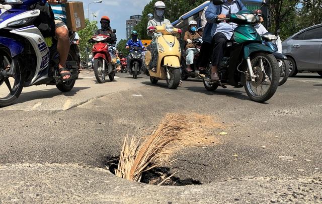 """""""Hố tử thần"""" xuất hiện ở trung tâm Sài Gòn, nhiều người tai nạn oan - 1"""