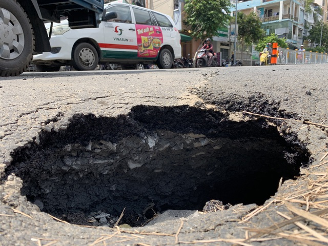 """""""Hố tử thần"""" xuất hiện ở trung tâm Sài Gòn, nhiều người tai nạn oan - 6"""