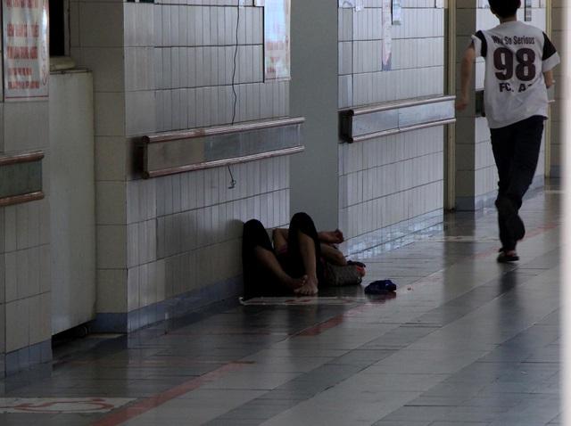 Nhiều bệnh nhân, người nhà vạ vật trong cái nóng 40 độ C tại bệnh viện - 8