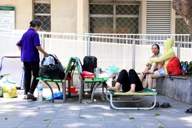 Nhiều bệnh nhân, người nhà vạ vật trong cái nóng 40 độ C tại bệnh viện - 3