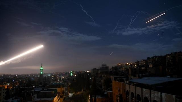 Video Syria bắn hạ tên lửa từ Israel trong đêm - 1