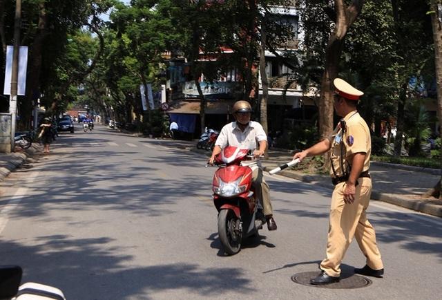Theo chân CSGT Hà Nội xử lý tài xế vừa rời quán nhậu - 2