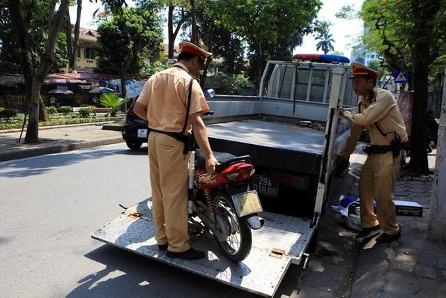 Theo chân CSGT Hà Nội xử lý tài xế vừa rời quán nhậu - 9