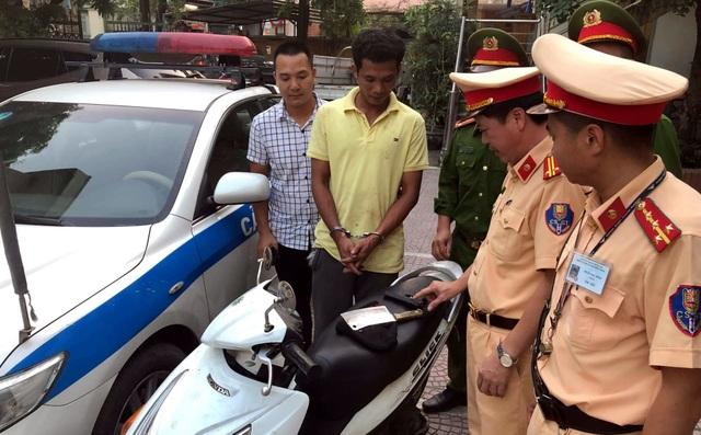 Hà Nội: CSGT bắt nóng gã trai dùng súng cướp xe máy của phụ nữ - 1