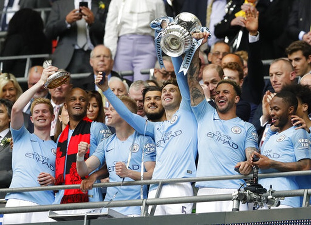 Khoảnh khắc Man City nhận cúp bạc của FA Cup - 2