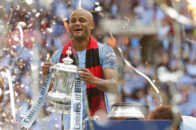 Khoảnh khắc Man City nhận cúp bạc của FA Cup - 11