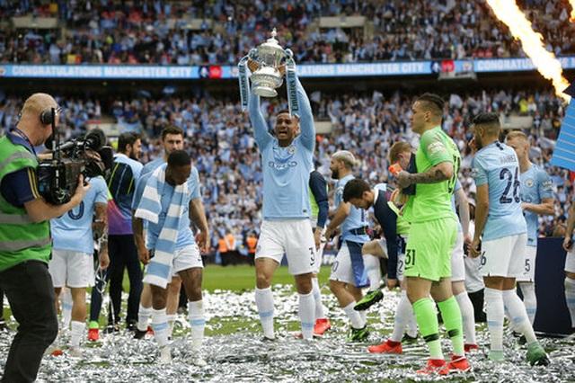 Khoảnh khắc Man City nhận cúp bạc của FA Cup - 8