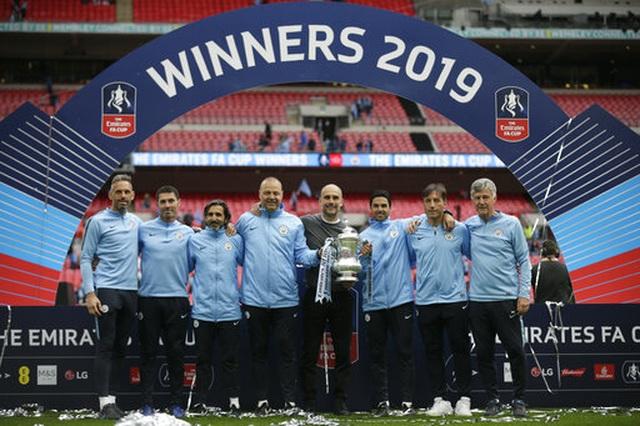 Khoảnh khắc Man City nhận cúp bạc của FA Cup - 5
