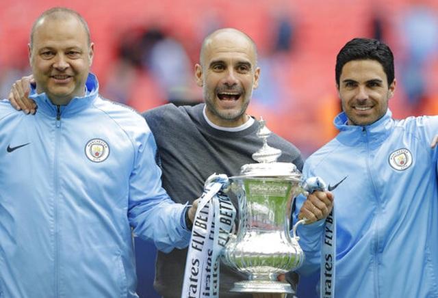 Khoảnh khắc Man City nhận cúp bạc của FA Cup - 6