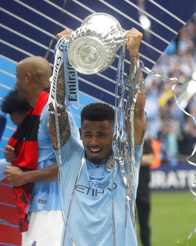 Khoảnh khắc Man City nhận cúp bạc của FA Cup - 10