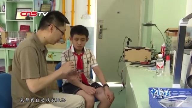 Cậu bé 12 tuổi phát minh ra giá phơi đồ cảm ứng thời tiết sau khi bị mẹ mắng - 2