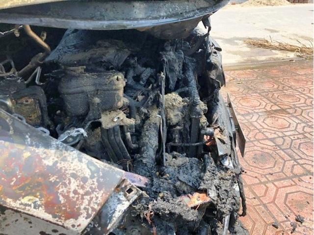 Honda CR-V bốc cháy giữa trưa nắng - 3