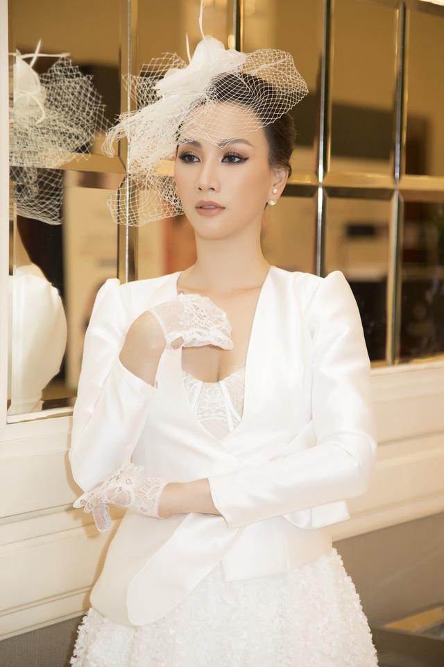 Hoa hậu Paris Vũ diện đầm trắng tinh khiết làm vedette ở show thời trang cưới - 1