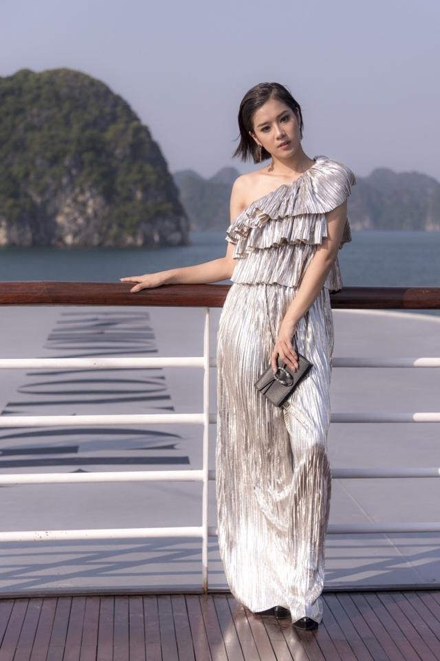 """Dàn sao Việt bất ngờ trước sàn diễn thời trang giữa hoang đảo """"3 không"""" - 16"""