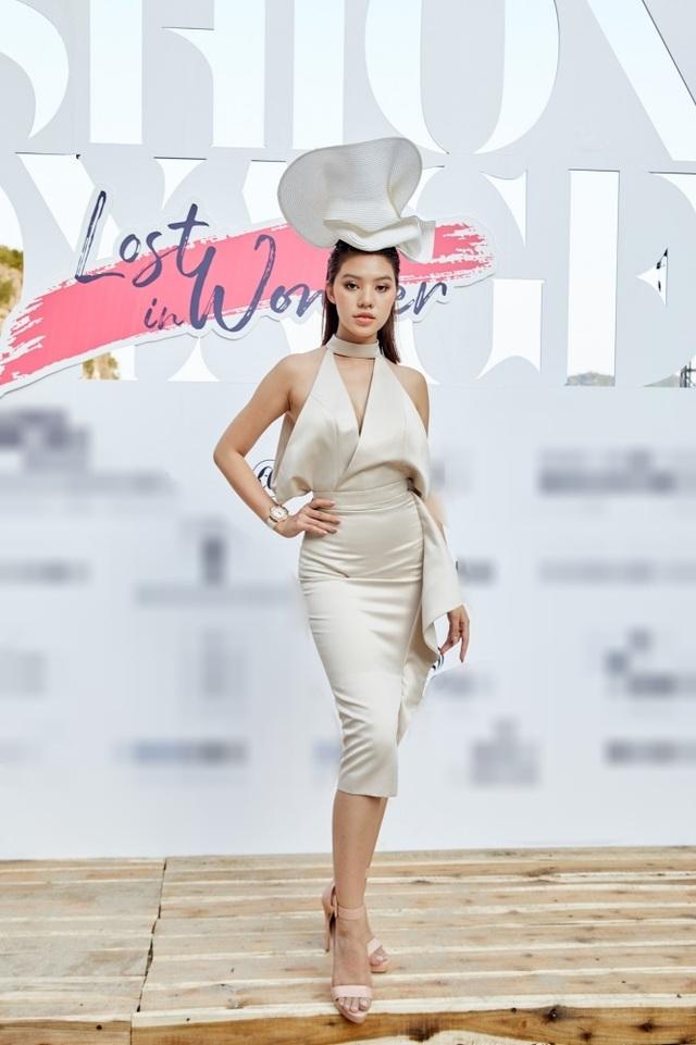 """Dàn sao Việt bất ngờ trước sàn diễn thời trang giữa hoang đảo """"3 không"""" - 13"""