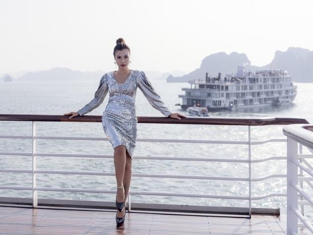 """Dàn sao Việt bất ngờ trước sàn diễn thời trang giữa hoang đảo """"3 không"""" - 9"""