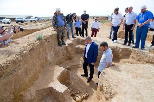 Phát hiện hài cốt 2.500 tuổi chôn cùng trang sức vàng và đầu ngựa - 2
