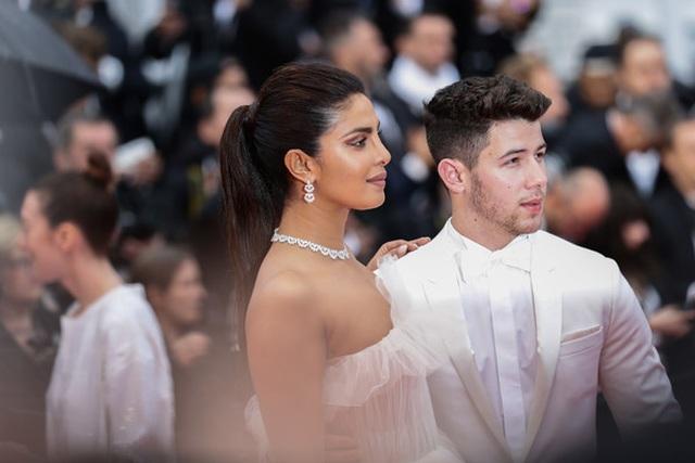 Priyanka Chopra đẹp đôi bên chồng kém 10 tuổi tại LHP Cannes - 2