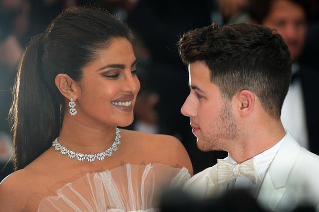 Priyanka Chopra đẹp đôi bên chồng kém 10 tuổi tại LHP Cannes - 17