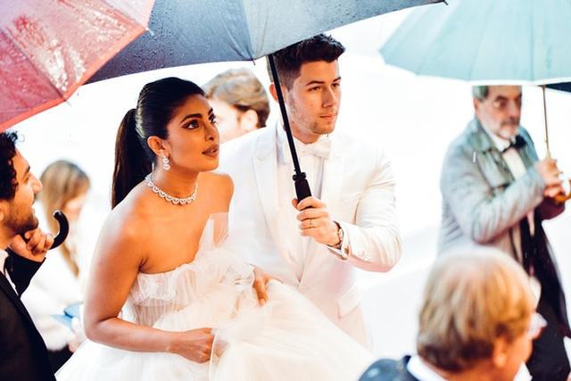 Priyanka Chopra đẹp đôi bên chồng kém 10 tuổi tại LHP Cannes - 4