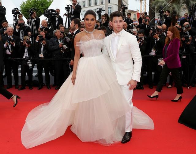 Priyanka Chopra đẹp đôi bên chồng kém 10 tuổi tại LHP Cannes - 1