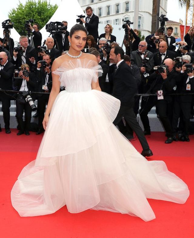 Priyanka Chopra đẹp đôi bên chồng kém 10 tuổi tại LHP Cannes - 7