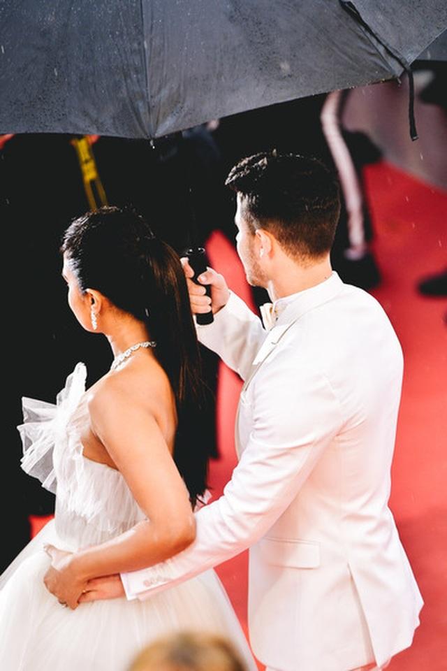 Priyanka Chopra đẹp đôi bên chồng kém 10 tuổi tại LHP Cannes - 11