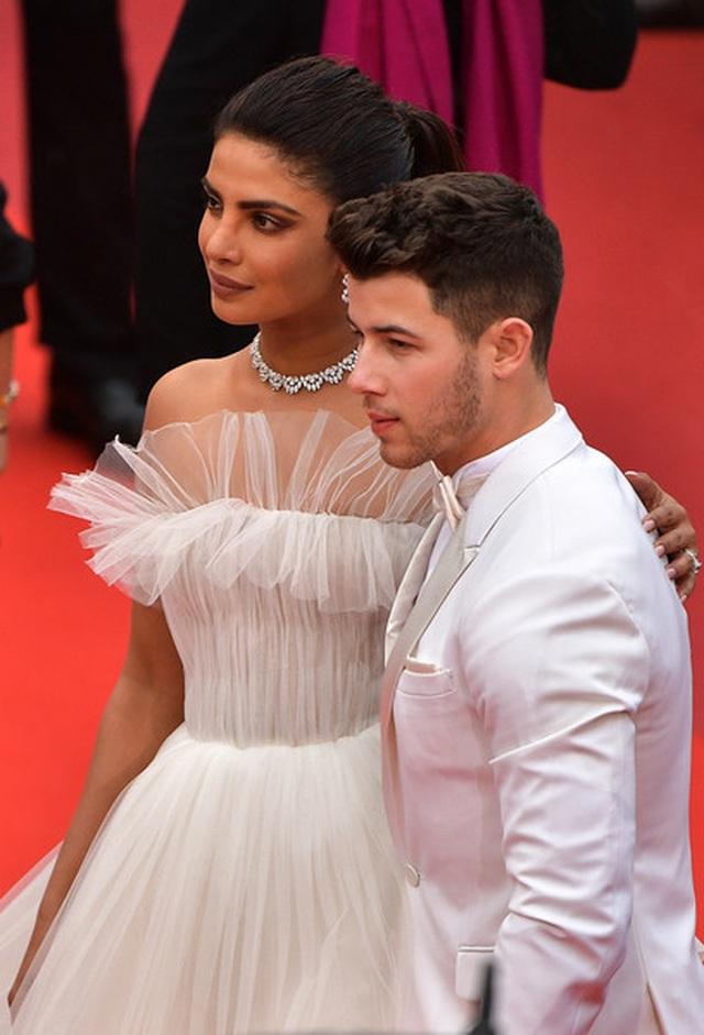 Priyanka Chopra đẹp đôi bên chồng kém 10 tuổi tại LHP Cannes - 5