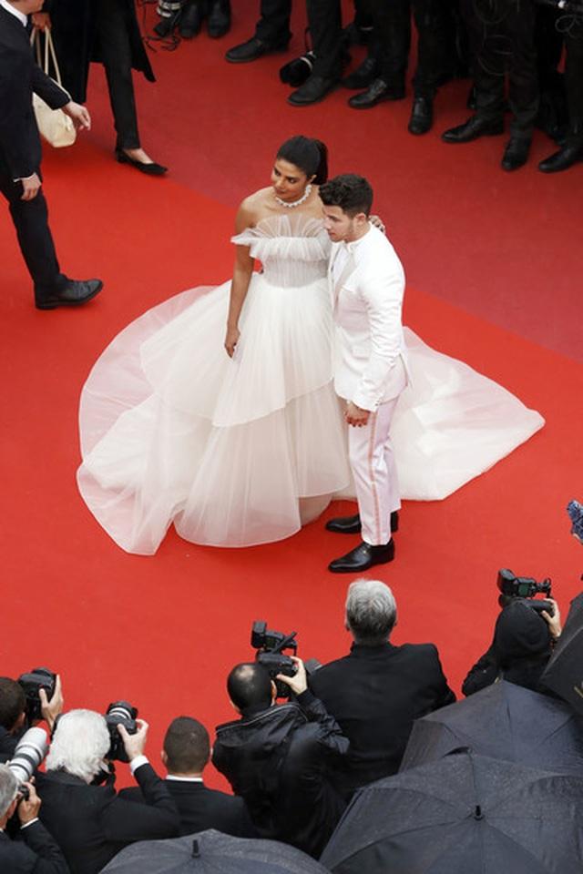 Priyanka Chopra đẹp đôi bên chồng kém 10 tuổi tại LHP Cannes - 9