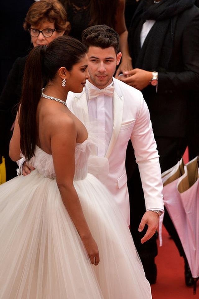 Priyanka Chopra đẹp đôi bên chồng kém 10 tuổi tại LHP Cannes - 10
