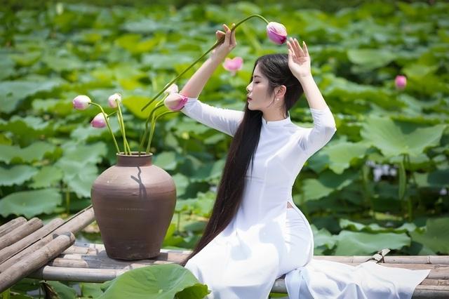 """""""Công chúa tóc mây"""" phiên bản Việt khoe sắc bên sen - 1"""