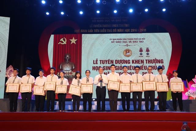 Hà Nội tuyên dương khen thưởng gần 1000 học sinh giỏi tiêu biểu - 1