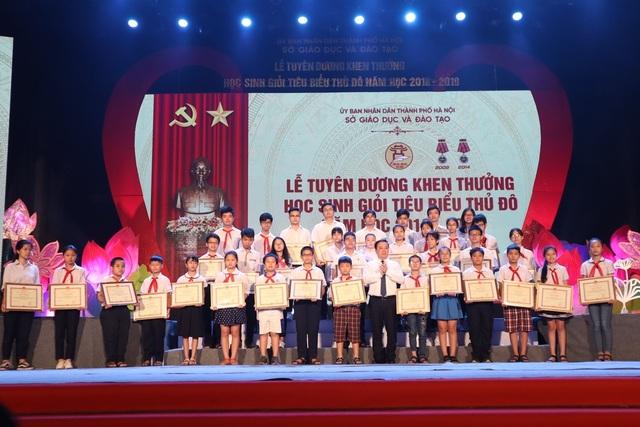 Hà Nội tuyên dương khen thưởng gần 1000 học sinh giỏi tiêu biểu - 3