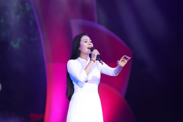 Lương Nguyệt Anh diện áo dài trắng tinh khôi hát mừng sinh nhật Bác - 2