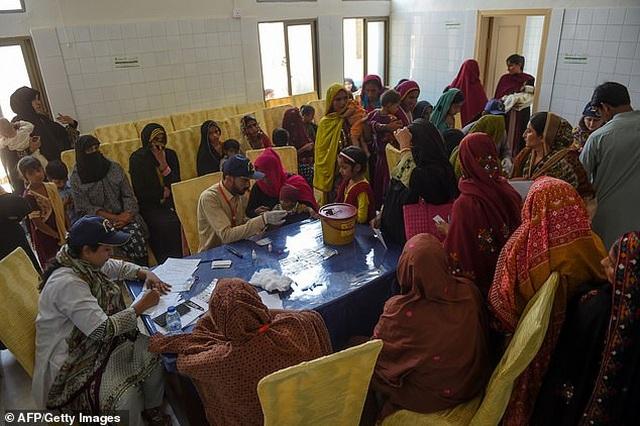 Pakistan bắt bác sĩ nhiễm HIV nghi lây virus cho 437 trẻ em - 1