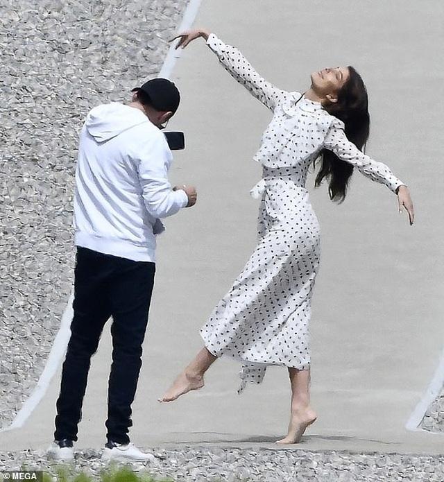 Leonardo DiCaprio say sưa chụp ảnh cho bạn gái trẻ - 2